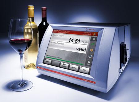 Der Alcolyzer Wine M/ME bestimmt den Alkoholgehalt (0 bis 20 %vol), optional die Trübung und den pH-Wert von alkoholischen Getränken.