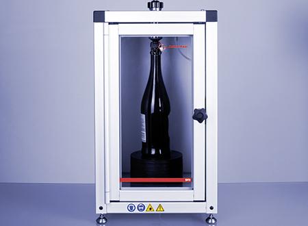 Le système de remplissage de vin pétillant SFD transfère le vin pétillant ou le vin directement depuis une bouteille fermée dans la chambre de mesure d'un instrument de mesure.